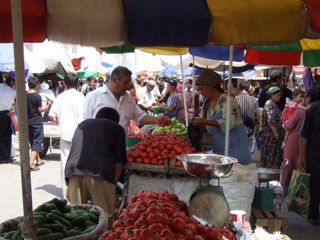 Tirgus Tadžikistānā - dārzeņi, tomāti, gurķi